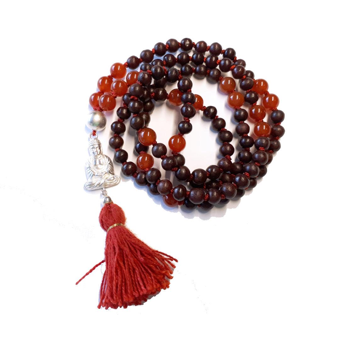 handgefertigte Mala aus Rosenholz und Karneol. Buddha aus Sterlingsilber